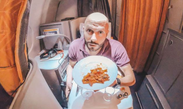 Dominik alleine in der Alitalia Business Class