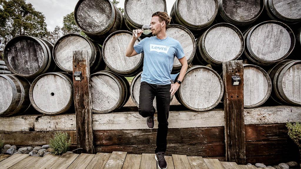 Person genießt ein Glas Wein und sammelt dabei Miles & More Meilen